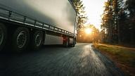 Ceļa posmā Jelgavas novadā ieklāj inovatīvu asfaltbetonu, kura ražošanā izmantotas nolietotas auto riepas