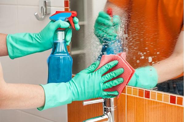 Kā pareizi tīrīt stikla virsmas mājoklī?