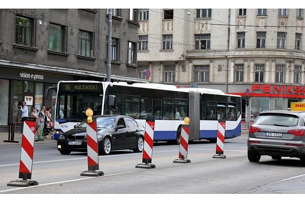 """Demontēs atjaunotās """"Matīsa ielas"""" pieturvietas segumu"""