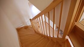 9 praktiskas idejas, kā izmantot brīvo vietu zem kāpnēm