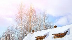 Apdrošinātājs: Savlaicīgi no sniega neattīrīti ēku jumti apdraud gan cilvēkus, gan īpašumu