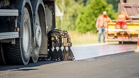 Ceļu būvnieki sāk labot defektus pērn ieklātās virsmas apstrādes posmos