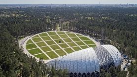 Mežaparka Lielās estrādes kupolā ieklāj membrānas jumta segumu