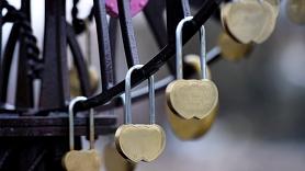 Iecavā no tilta margām noņems jaunlaulāto slēdzenes