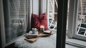 Aktuālākās tendences interjerā šoruden – silti toņi, koši akcenti un dabīgi materiāli