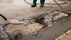 Kā notiek bedru remonts uz melnajiem ceļu segumiem