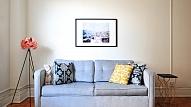 5 vienkārši veidi, kā atjaunot un uzlabot veca dīvāna izskatu