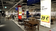 Apmēram 300 cilvēki pulcējas IKEA veikala atklāšanā