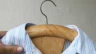 Drēbju pakaramais no krēsla atzveltnes