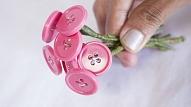 Kā izgatavot mākslīgo puķu pušķi no pogām?