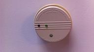 Kas jāzina, mājoklī uzstādot dūmu detektoru?