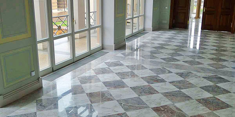 Floor surface decoration with natural stone materials