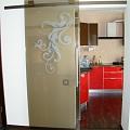 Stikla bīdāmās durvis ar ornamentu