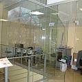 Stikla siena ar durvīm