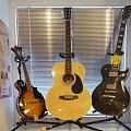 Mūzikas instrumenti, ģitāras, stīgas, bungas, bungu vālītes, mediatori, ģitāru jostas,sintezātori, perkusijas,futrāļi, nošupultis, statīvi, mikrofoni, tumbas, ģitaru pastiprinātāji