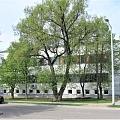 Baltas ēkas galvenā ieeja