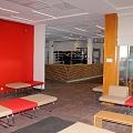 Telpa ar krēsliem un sarkanu un dzeltenu sienu